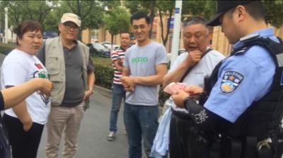 视频 | 粗心男子骑车丢钱浑然不知,热心群众拾金不昧获赞