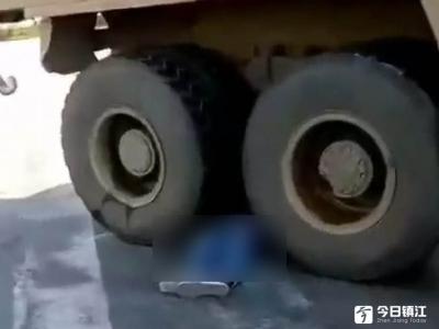 渣土车与电动车相撞 骑车男不幸当场身亡