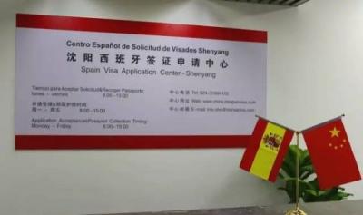 """中国游客被签证中心""""割韭菜""""?真相更令人愤怒"""