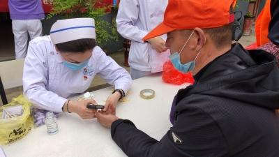 白衣天使走进转运站 为环卫工义诊献礼护士节