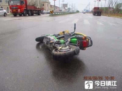 危险啊!扬中14岁少年骑电动车闯红灯被大货车撞倒