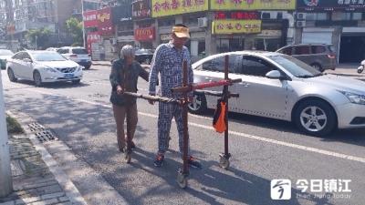 """【暖新闻】小伙腰椎12节压迫性骨折致残 七旬奶奶每天""""推跑""""10公里"""