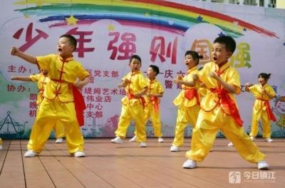 嘿,可爱的孩子 又是武术又是舞蹈,演出献给社区居民