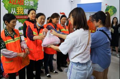 酒海街社区开展垃圾分类宣传 关爱环卫工人活动