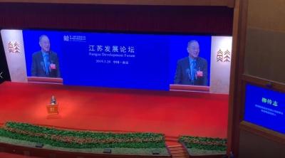刚刚,在江苏发展大会上,柳传志用家乡话推介镇江!