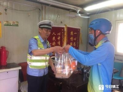 暖心 | 56岁老交警收到6杯奶茶,可他却一杯没喝