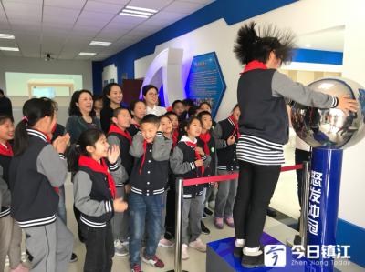 """让孩子在家门口就能""""触摸""""科技 镇江首家社区科普体验馆开馆"""