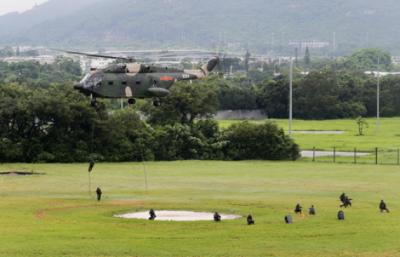 解放军驻港部队军营开放 吸引约两万市民冒雨参观