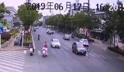 视频 | 学生放学回家路上闯红灯 轿车正处视线盲区 结果悲剧了