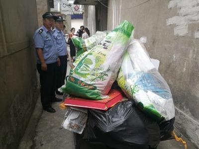 七旬男子家中收藏垃圾  民警反复工作才肯清理