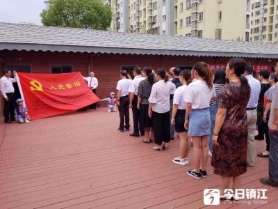 社区党员重温入党誓词,用精彩节目庆七一