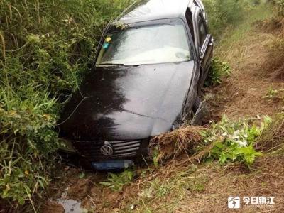 司机开车走神驶入对向车道 引发事故
