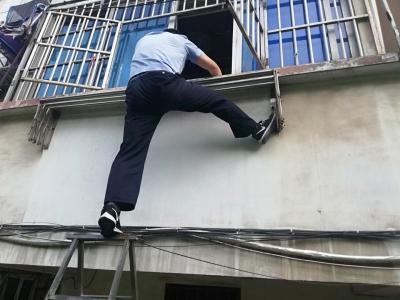 翻窗入室后再破门 而入这个民警有点厉害!