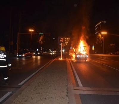 丹阳开发区一辆货车被烧成空壳,所幸无人员伤亡