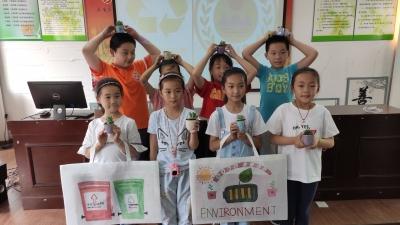 环保小卫士走进社区手绘环保袋 宣传垃圾分类