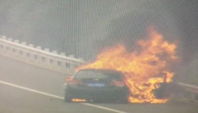 沪蓉高速轿车自燃 交警提醒:车辆自燃后不要盲目打开引擎盖