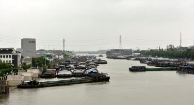 汛期大潮水位差近两米  400多艘船舶等候过闸
