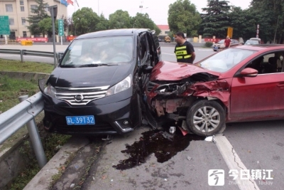 小车高速路口左转弯上高速  后车避让不及致3车相撞