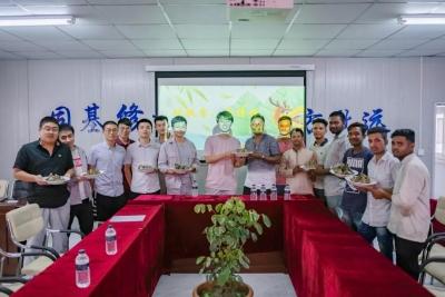 吃粽子、讲赛龙舟和尝咸鸭蛋等中华民俗,中交二航局项目部在孟加拉邀请外方员工体验端午文化……