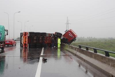 雨天操作不当   半挂车头悬挂在桥外