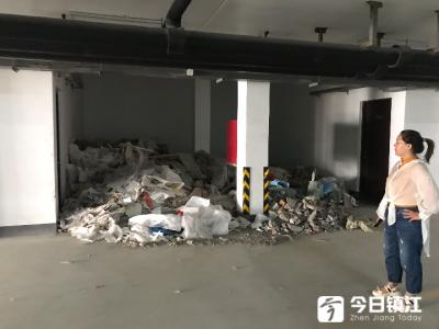 小区地下停车库竟成大垃圾场 唯一通道被堵 持续多日仍未解决