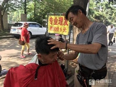 """""""闲不住""""的七旬理发师老赵:一次只收5元,服务他人挺乐呵"""