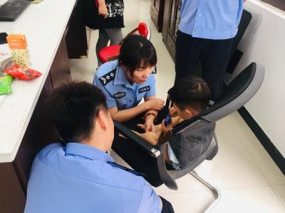 """3岁幼儿穿尿不湿独自""""逛马路""""     民警一眼认出系辖区暂住户之子迅速找到家长"""