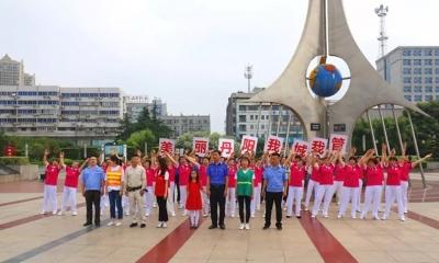 今天早上,《唱支山歌给党听》在丹阳人民广场上响起