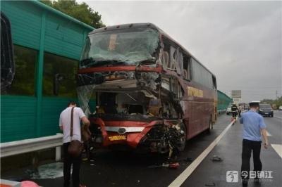 载16名乘客客车被撞!司机生命最后一刻仍紧握方向盘……