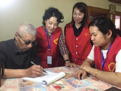 组建专业社工医护团队  助力社区居家养老服务