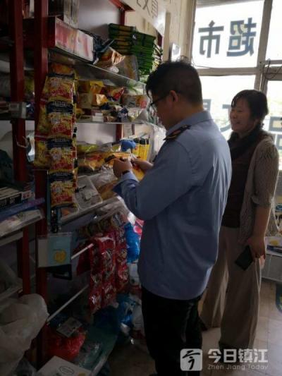 润州开展高考前校园周边食品安全检查 两家商户存在问题