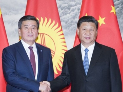 """习近平出席仪式 接受吉尔吉斯斯坦总统热恩别科夫授予""""玛纳斯""""一级勋章"""