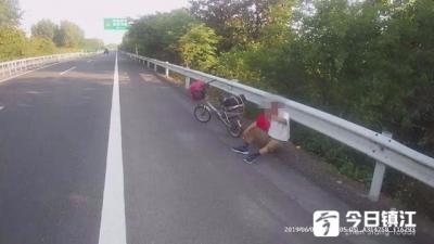 惊险!老人骑车误入高速逆行警方及时带离避免险情