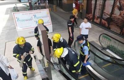 为捡手机,小伙从近 5 米高扶梯上摔下