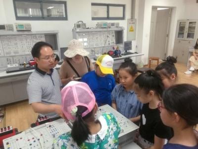 感受科技创新与实践 实小学生走进江苏大学汽车、电气学院