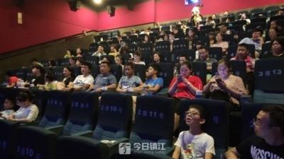 公益观影带困境家庭走进电影院