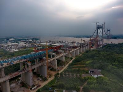 镇江长江大桥南引桥公路段开工  近百名工人高空展开混凝土浇筑