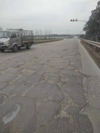 延茅公路这一段车祸频发 坑坑洼洼的路面该修修了