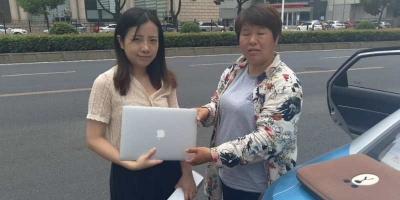 乘客将苹果电脑遗忘在出租车上 的姐发现原路返回送还
