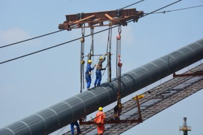 气温这么高,他们竟然还在镇江长江大桥施工现场干这些