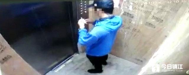只因一个差评 外卖小哥上门堵了客户的锁眼