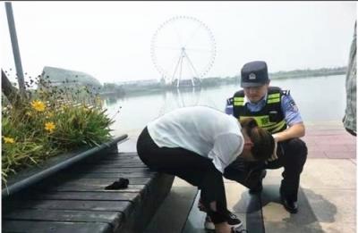镇江新区一女子坐在湖里哭泣随时欲轻身  危急时刻他们出手了