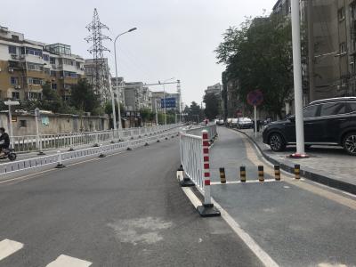 """尚德路慢车道设置路障把非机动车""""逼上""""快车道?建设方:此为人行道"""