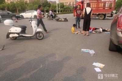 老人骑车带两孩子还闯红灯 三人撞翻受伤