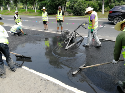 镇江采用新技术快速修复沥青路面 修复时间从7天缩短至3个小时