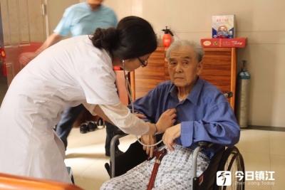 扬中卫健委为老兵提供保健服务