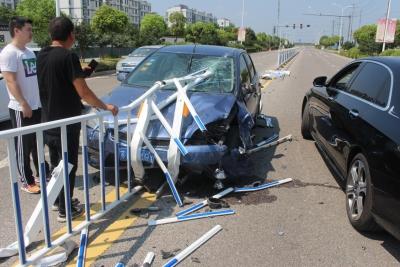 开车分神撞护栏   驾驶人险被护栏戳中