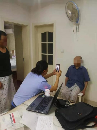 90岁老人行动不便 民警主动上门办身份证