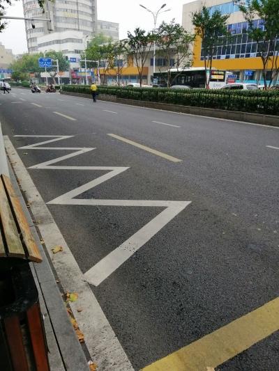 行人、非机动车交通违法,防不胜防 10分钟,3辆电动车驶上中山东路机动车道