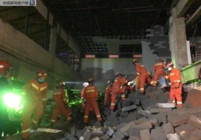 云南曲靖一所商场楼层垮塌 已成功抢救出3人